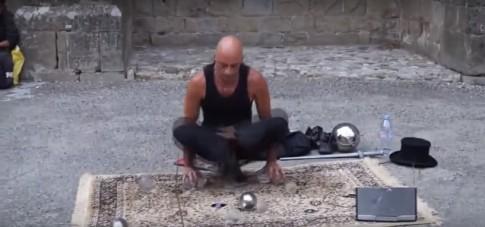 Mężczyzna na ulicy używa TELEKINEZY? Zobaczcie niesamowite nagranie…
