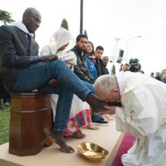 Papież Franciszek obmywa i całuje stopy imigrantom! Wierni nie kryją oburzenia…