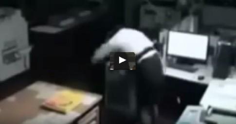 Kamera nagrała opętaną kobietę i ducha!? Szokujący materiał!