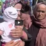 Uchodźca wymachuje dzieckiem i chce go użyć jako broni? Przerażające nagranie…