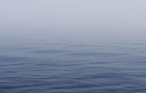 Turyści nagrali błyszczącą istotę pod wodą?!  Legendarny stwór?