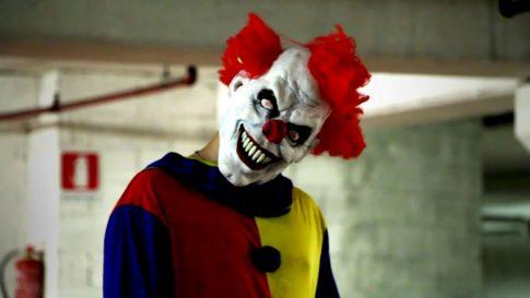 Liczba spotkań z tajemniczymi klaunami wzrasta! Władze ostrzegają: Mogą zwabiać dzieci do lasu…