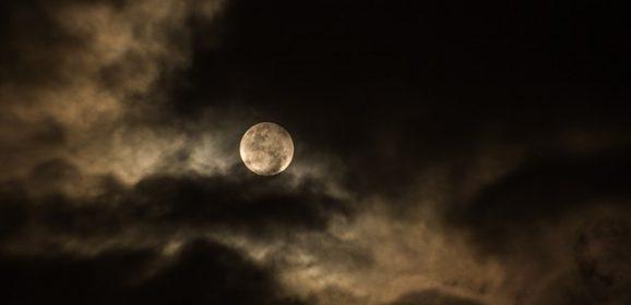 Humanoidalna istota ukazała się podczas Pełni Księżyca! Zobaczcie szokujące nagranie…
