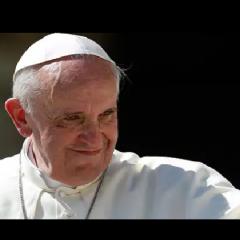 Tajemnicza postać zauważona przy Papieżu Franciszku! (NAGRANIE)