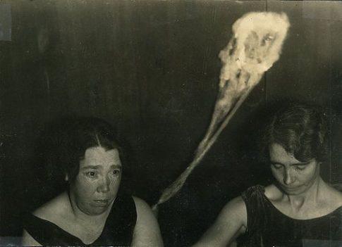 Ludzie potrafią tworzyć demony! Paranormalny eksperyment z lat 90 szokuje… Zobaczcie nagranie.